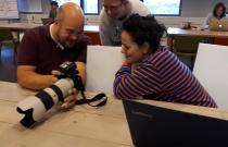 Quizvragenmaker Astrid kijkt samen met fotograaf van Brabants Dagblad de foto's voor bij het artikel.